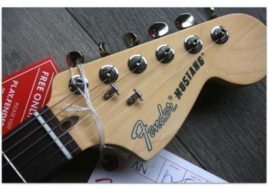 "FENDER ""American Performer Mustang Vintage White, Gig Bag"""