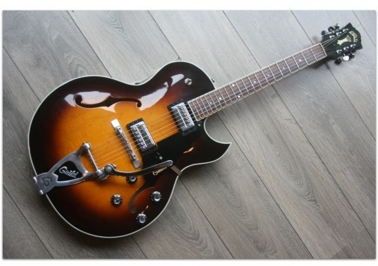 "GUILD ""Starfire III Sunburst wih Bigsby Made in Usa in Corona Plant ,Year 2000 CP 000192"" Original Hardcase"