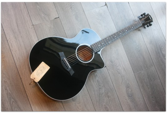 "TAYLOR ""214ce Black Deluxe with Hardcase"""