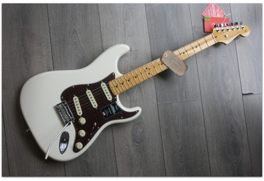 """FENDER """"American Professional II Stratocaster, Maple, Olympic White"""""""